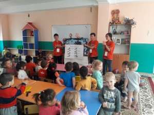 rsz_bermet_biialy_kyzy_-_5volunteers_are_teaching_kids_to_wash_hands
